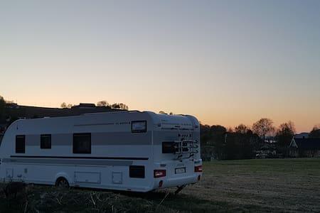 Campingvogn på gårdsbruk med dyr