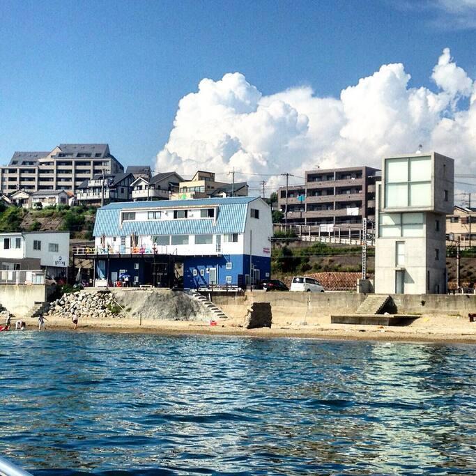 プライベートビーチ付きです! There is a private beach. 隣には安藤忠雄さんデザインの建物も! Next a building of  Mr.Tadao Ando.