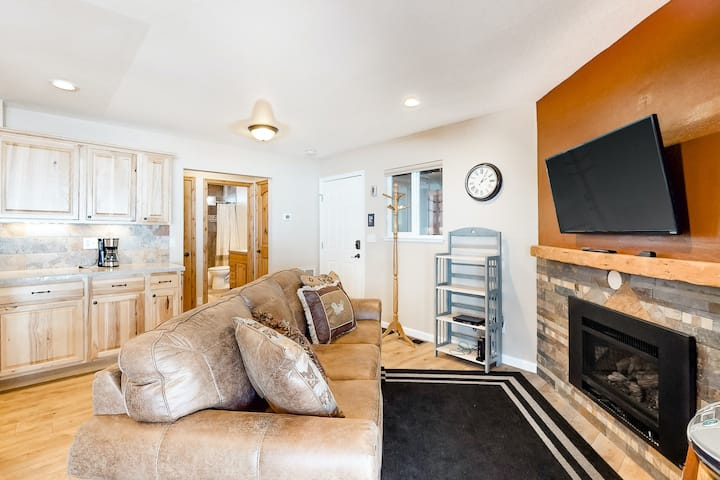 Mountain condo w/shared outdoor pool, hot tub, gas fireplace, and free WiFi