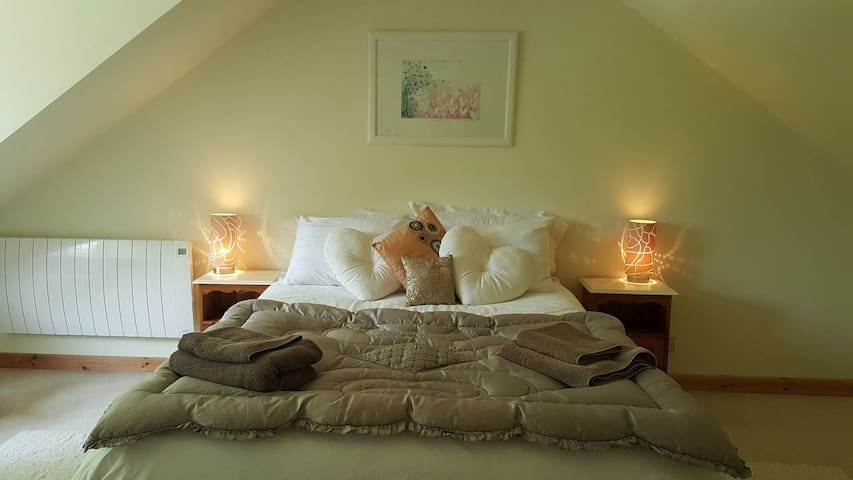 Large, light, stylish attic bedroom en suite - Woolton Hill