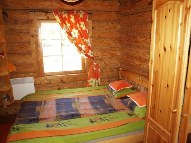 Вторая спальня первого этажа с крепкой  стилизованной  кроватью, размер спального места 160х200 см.