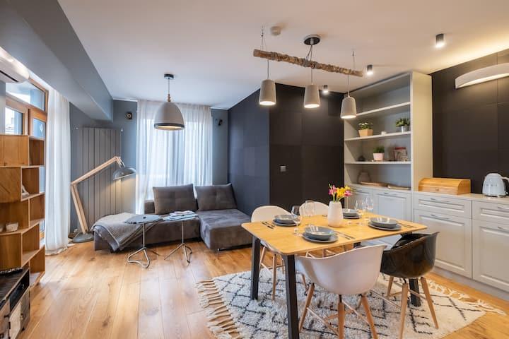 ⭐⭐⭐⭐⭐ High-end Designer Aprt ➫ AC & Lift & Balcony