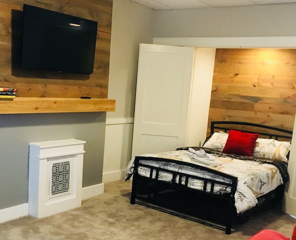 Studio Apt B Downtown EVV, Full Kitchen, TV, Wifi