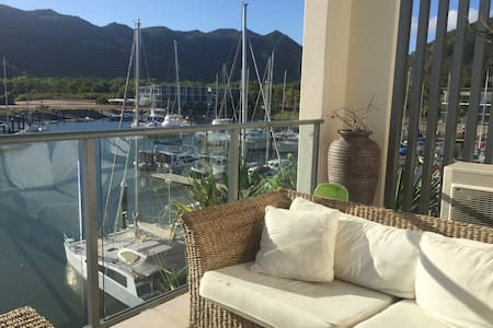 Waterfront dual key apartment mountain views - Nelly Bay