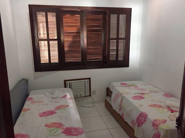 Quarto com 3 camas de solteiro (uma bicama+uma cama simples), aparelho de ar condicionado e ventilador de teto