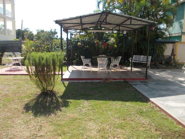 Spacious room in the Garden, MANOMAR 2 - Cienfuegos - Bed & Breakfast