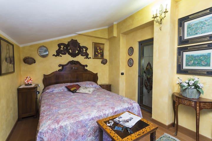 "B&B Frontelago "" Suite Room BREZZA ""  Lake Como - Mandello del Lario - Bed & Breakfast"