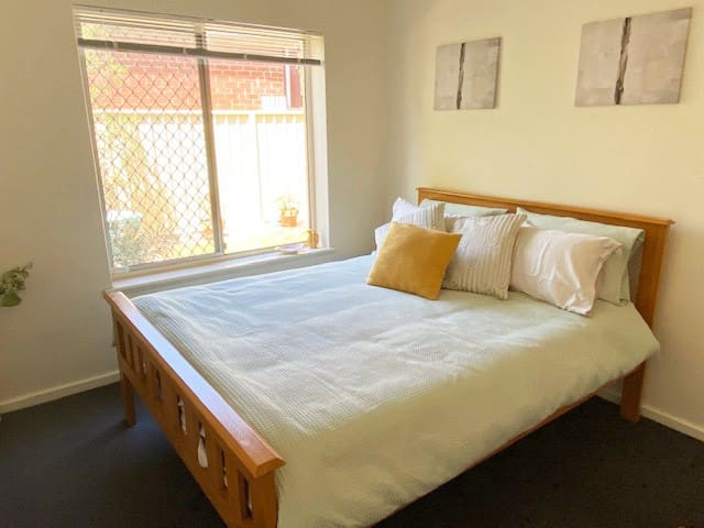 Lovely bright unit in Parkside