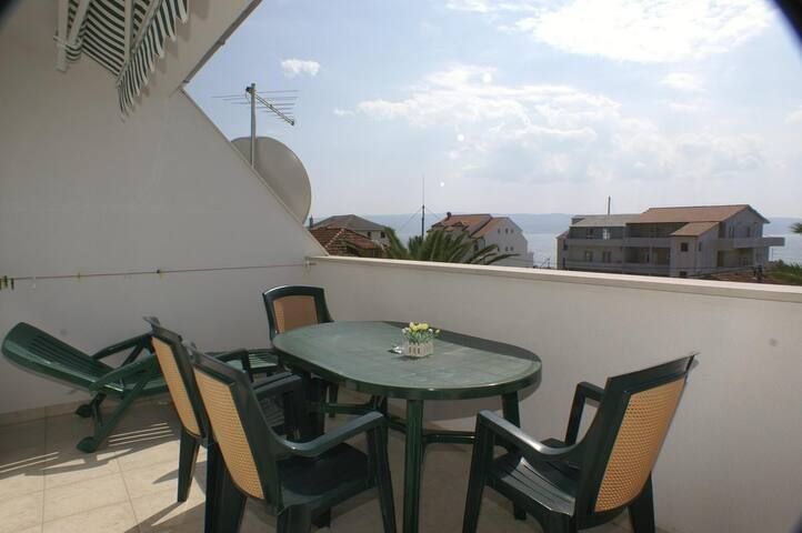 One bedroom apartment near beach Sumpetar, Omiš (A-2808-b)