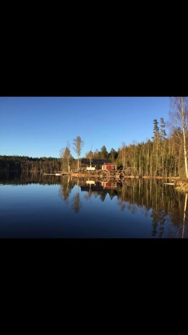 Stugan ligger på en udde i Älgsjön och nås endast med båt.