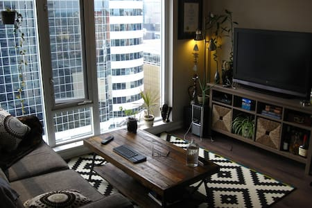 Bright and Sunny Studio In The Heart of Downtown - トロント