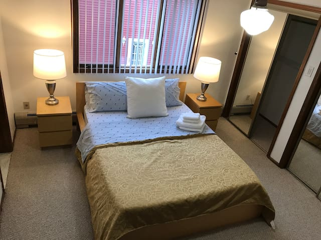 Private Master Bedroom  10 MIN FROM NYC