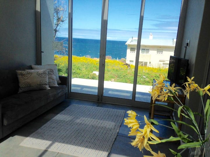 Lovely sunroom suite between mountain and sea.