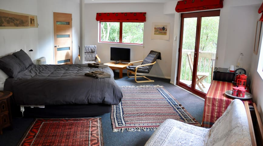 Wadestown bush retreat (Tui Room)