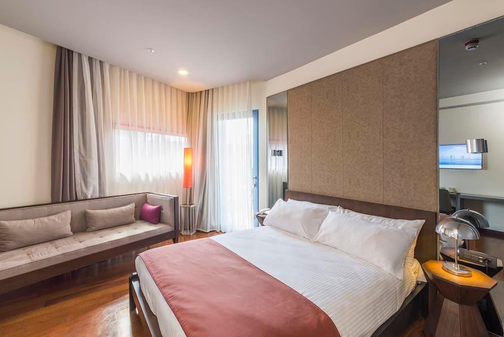 4BR Apt-Bedroom w partial sea view