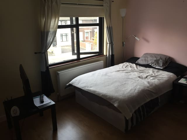 Private and cosy room close to public transoport - Dublin - House