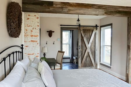 Modern Farmhouse King Suite- Chapman Room