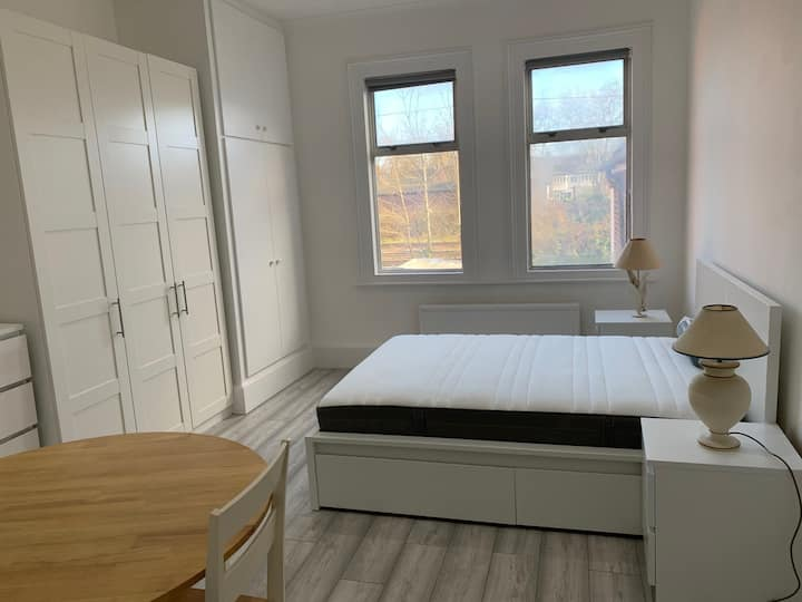 Studio Flat 1 - 12 months +all bills included