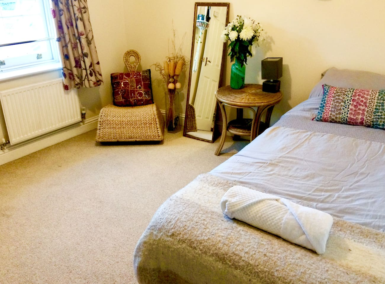 Light & spacious room with single bed and a window overlooking Abbey House.
