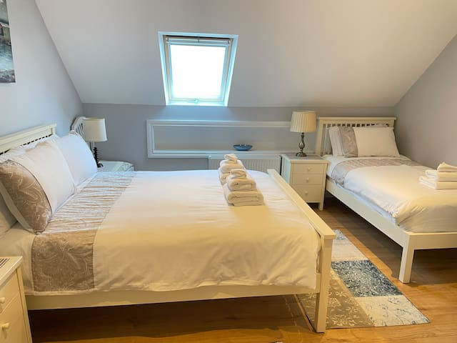 Twin bedroom. 1 Double bed 4'6 1 Single bed