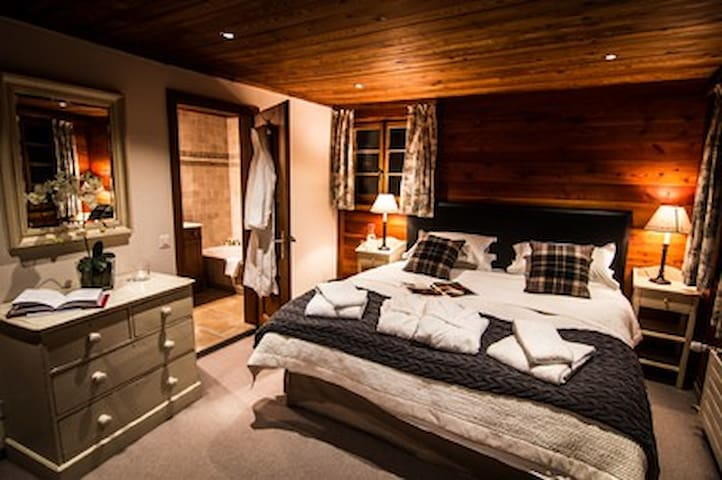 Traditional Luxury 6 Bedroom Cosy Chalet