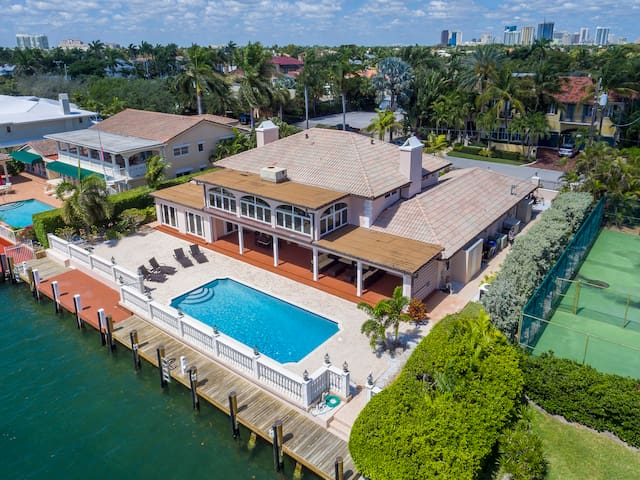 6BR Luxury Waterfront Estate & Pool