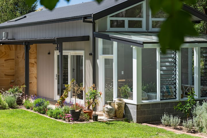 Family-Friendly Leura Cottage in Garden Setting