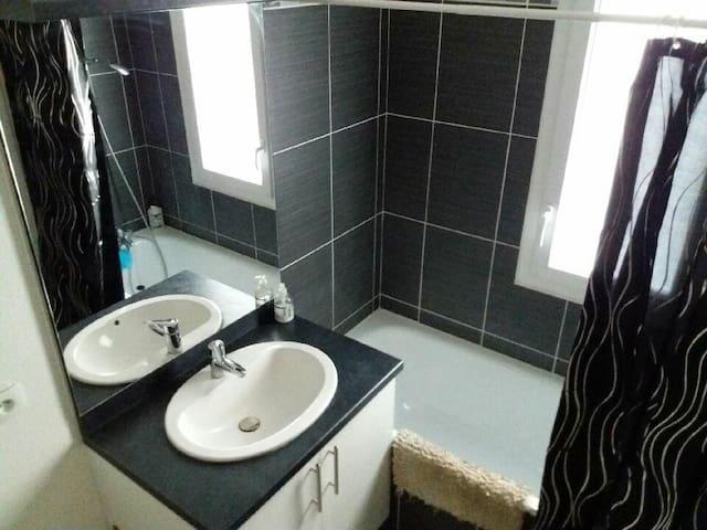 salle de bain avec baignoire et réchauffe serviette