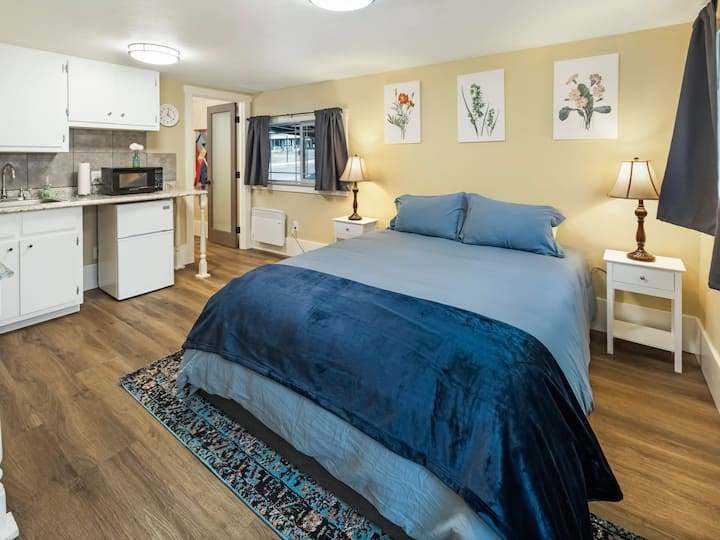 NEW LISTING! DOWNTOWN FRIDAY HARBOR (Cozy Corner Suite #4)