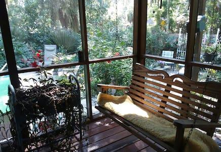 Suz~EnSuite Cozy Close-in Pool Kitchenette Private