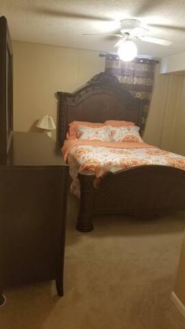 Cozy, Elegant Room 3