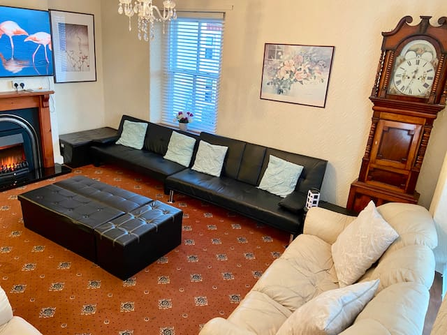 5 Bedrooms, 4 Ensuite with Large TV Lounge/Kitchen