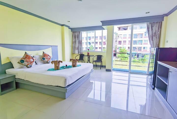 222营业中 新房促销 包月优惠 芭东海滩 阳台公寓大床房 设施便利 环境舒适 房间30平米