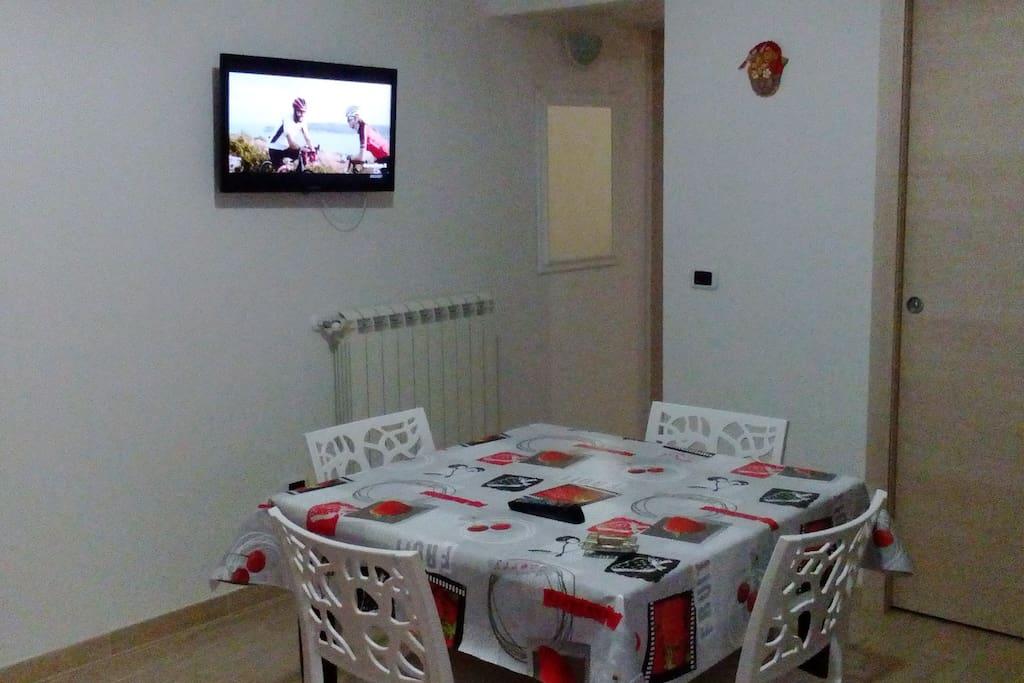 "Tavolo Allungabile 2 m, 4 sedie, TV sala 32"", riscaldamento"