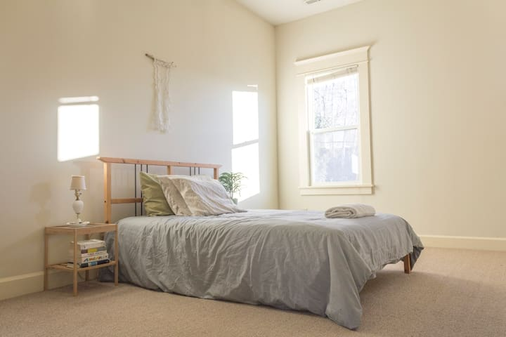 Sunny and Spacious Room with Private Bath - Portland - House