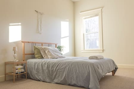 Sunny and Spacious Room with Private Bath - Portland