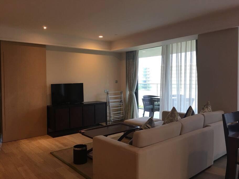 宽敞的客厅,可直接通到外面的露台。左右两边各一个卧室,都有独立卫生间。并有独立的门分割区域,互不影响。