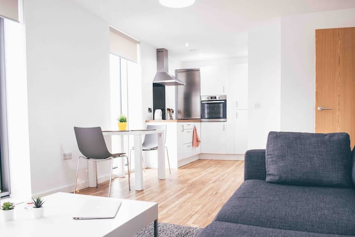 Modern and homey place: 15mins to city centre!