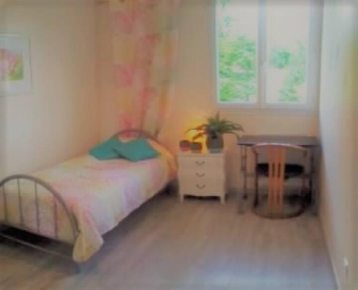 Jolie chambre climatisée, Petit Déj , Pkg gratuit