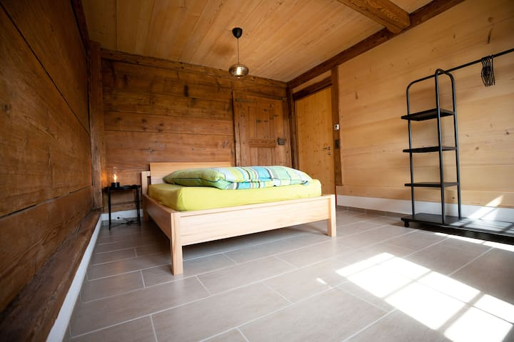 Schlafzimmer mit Queensize-Bett (1.40m)  - EG / queensize bed (1.40m) sleeping room - ground floor