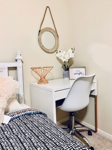 Private Room-Cozy space near IAH airport(7miles)