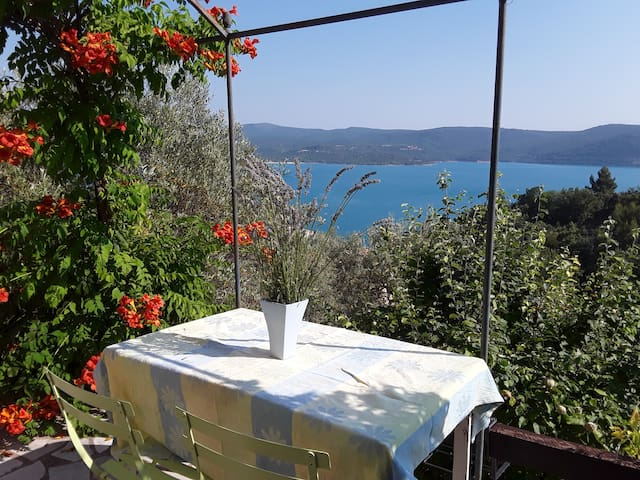 Studio indépendant avec terrasse face au lac