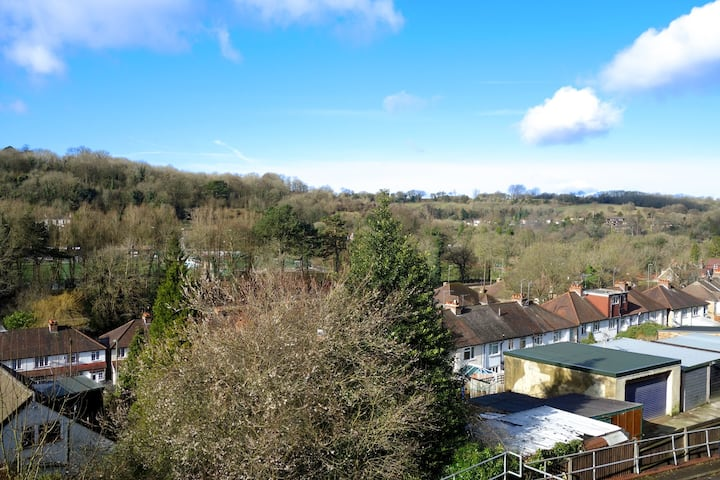 Sunny Flat with Views. Fast trains and M25 access.