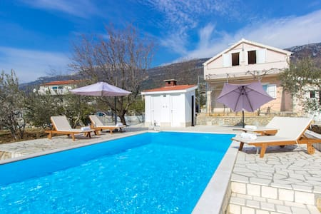 Green garden villa with pool - Kaštel Lukšić - Villa