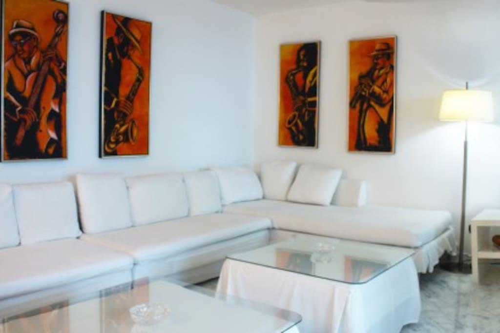 Sala del apartamento con una decoración moderna y muy cómoda para compartir amigos y familiares. Tiene TV con 50 canales.