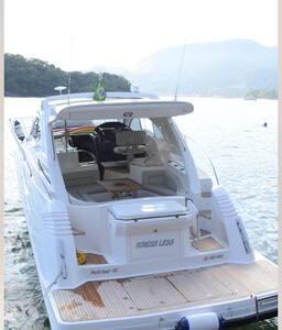 Barco luxuoso com teto solar.
