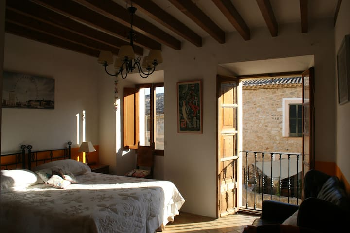 Double bedroom in stunning Mallorcan village - Alaró - Huis