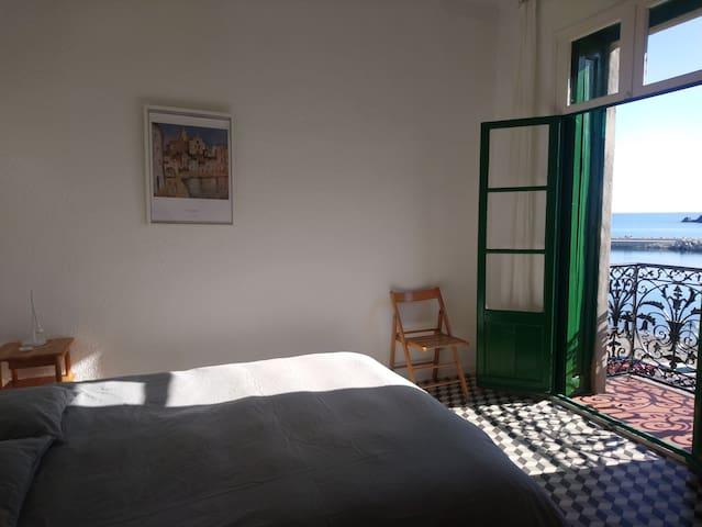 Chambre front de mer - Une lumière merveilleuse. Lit double 160 cm & matelas hyper confort ♥ NEW novembre 2018. La chambre n'est pas un lieu de passage. On peut s'isoler du reste de l'appartement.