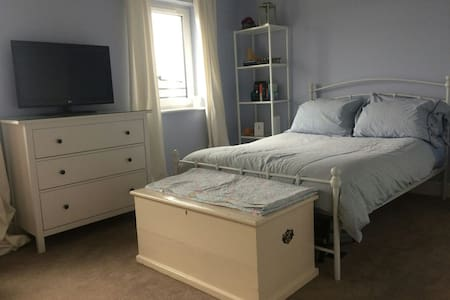 Sunny double bedroom 10 mins from Glasgow Airport - Renfrew