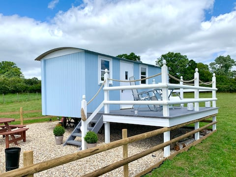 Dorset Countryside Shepherds Hut with a lake view